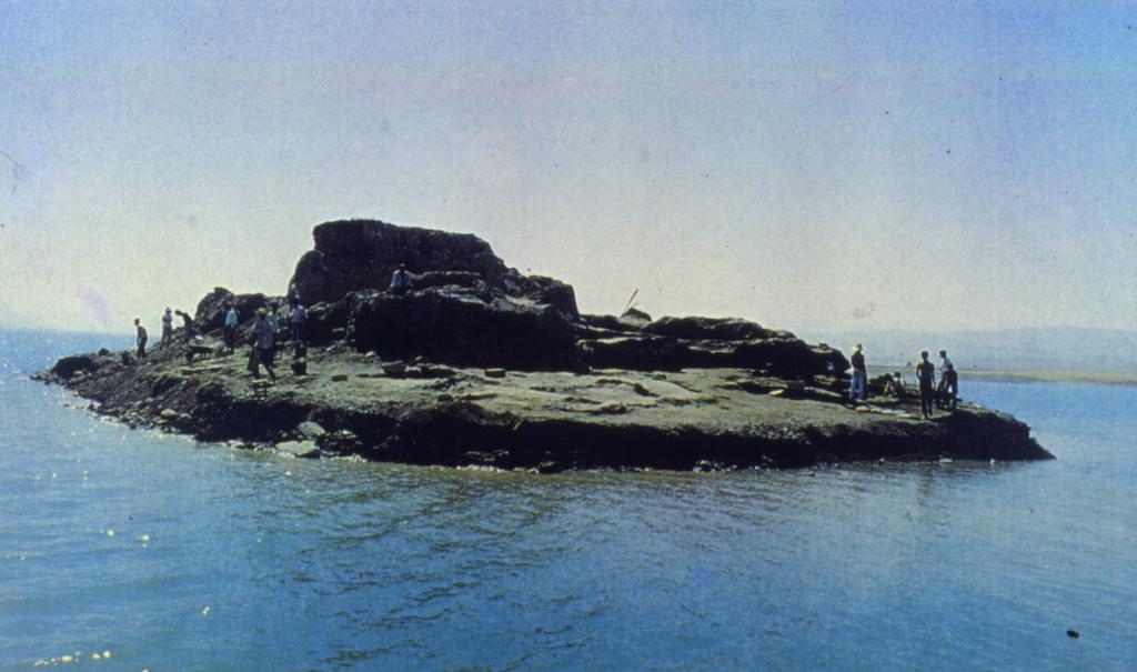 Karakaya Baraj Göl Alanı İmamoğlu Höyüğü, baraj suları yükselirken Obeid kültür katını belgelemek için kayıkla giderek yapılan son kurtarma çabaları. Bu fotoğrafın çekiminden 2 gün sonra höyük konisi tamamen çökerek İmamoğlu görünmez duruma gelmiştir.