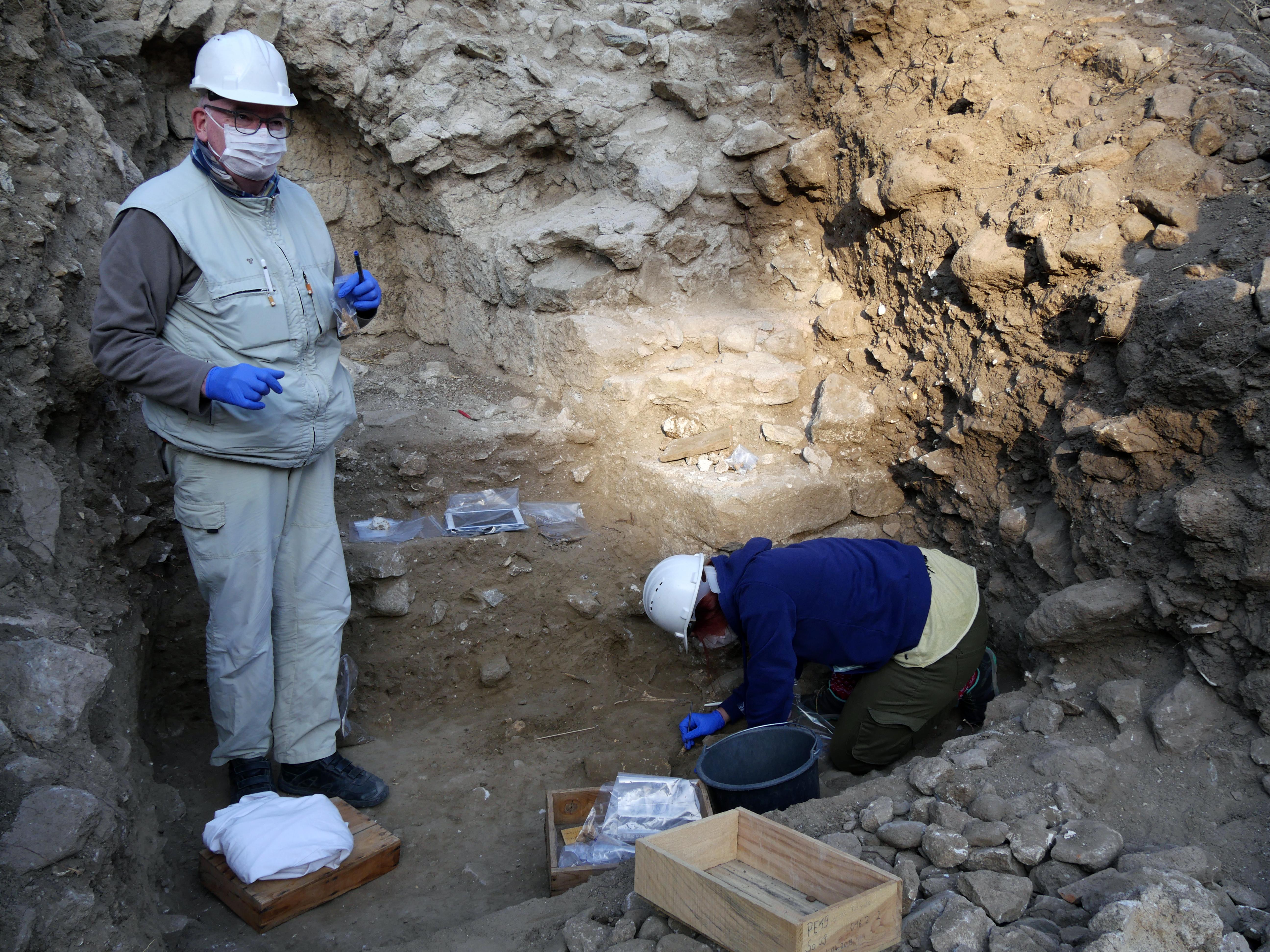 Amfitiyatro: Arenada bir eşeğin iskeletinin kazılması (F. Pirson – DAI-Pergamongrabung)