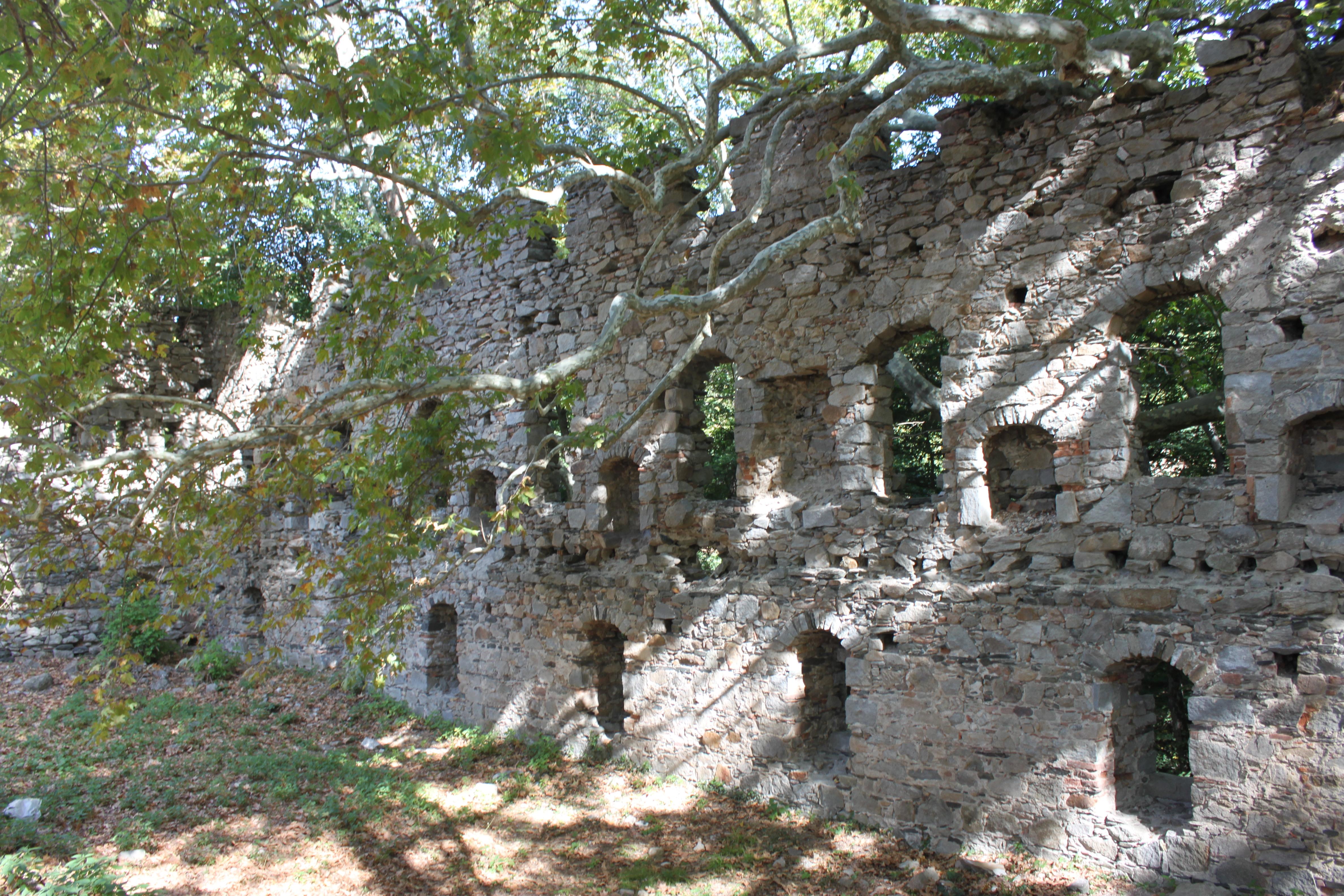 Erdek ilçe merkezinde yer alan kale burçlarından biri.