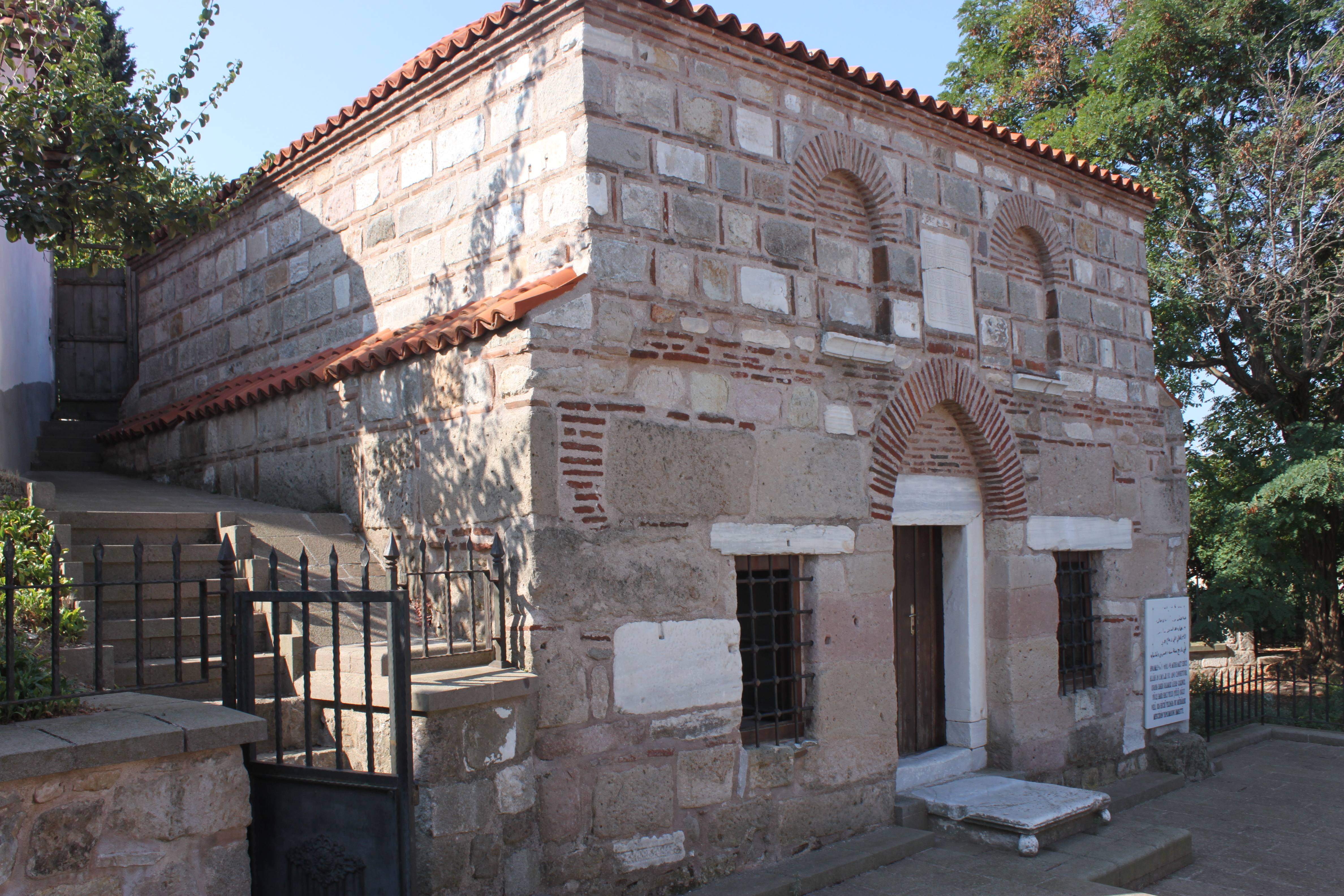 Edincik'te devşirme malzemelerinden de kullanıldığı Ulu Paşa Mescidi.