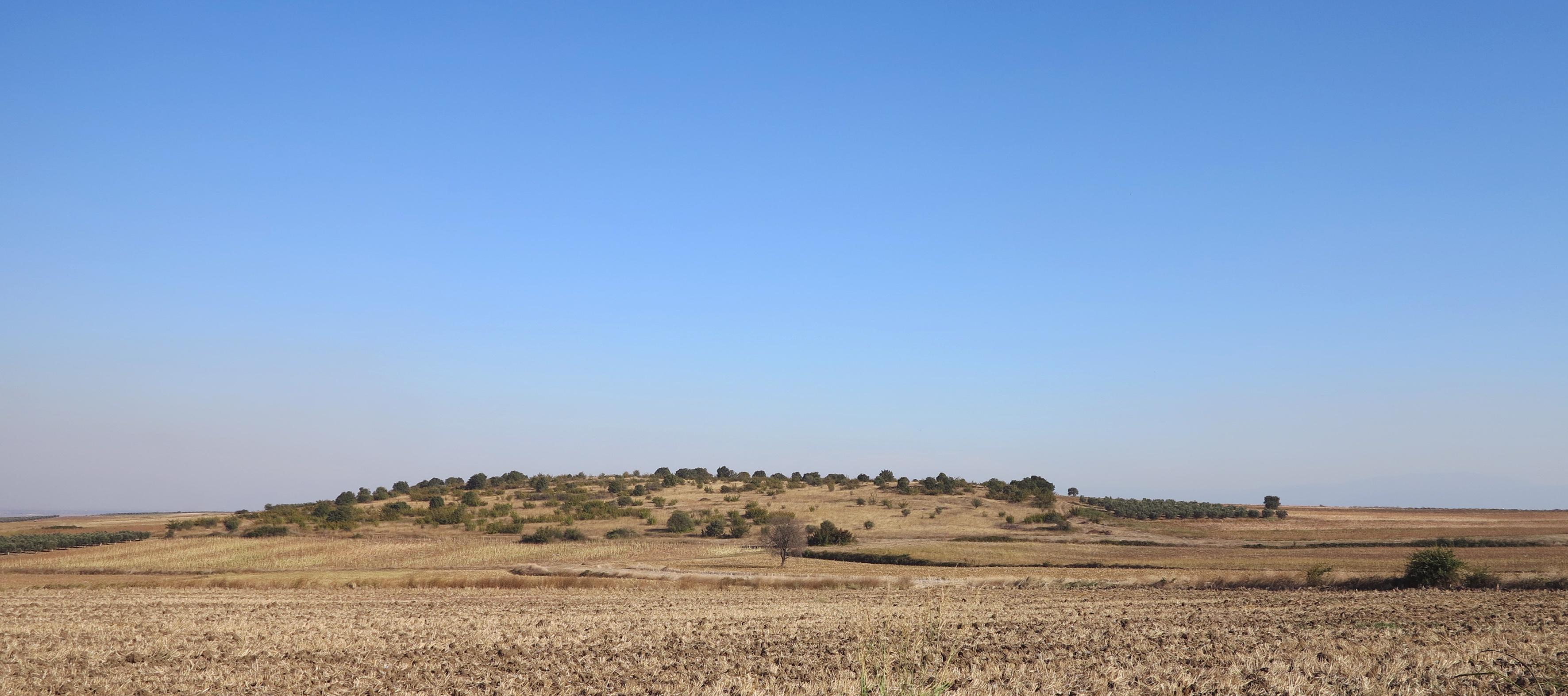 Çakmaktepe Paleolitik buluntu yeri, Karacabey Ovasına bakan doğal bir yükseltinin üzerinde bulunur.