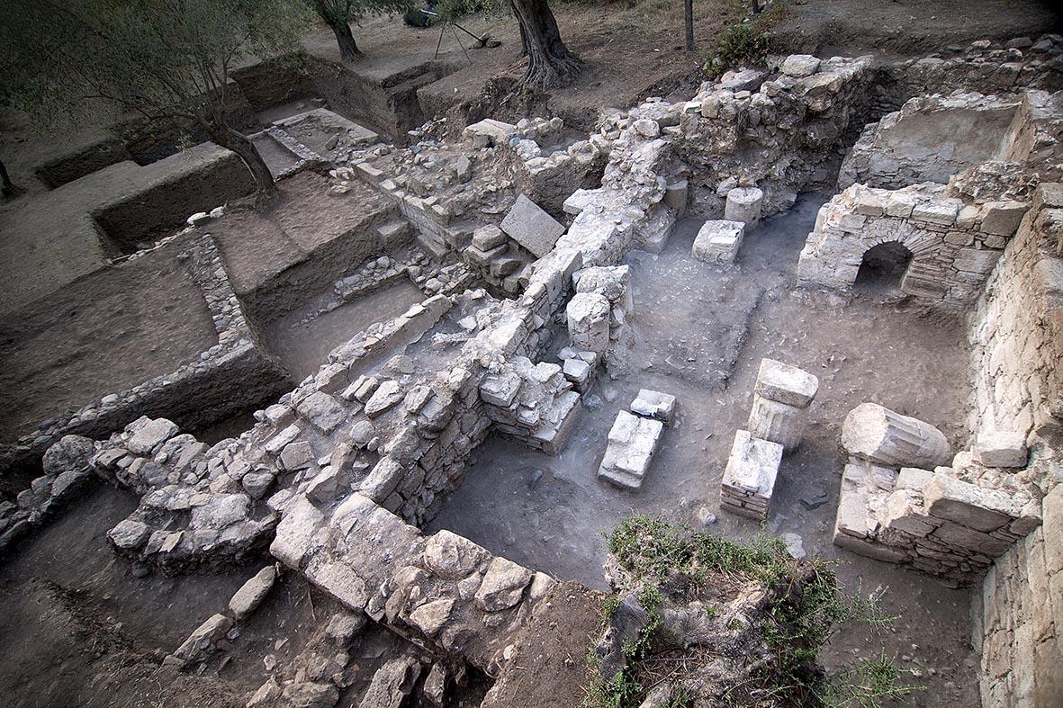 Antandros MÖ 4. yüzyıl Sur Duvarı ve üzerine oturmuş olan Geç Roma Hamamı