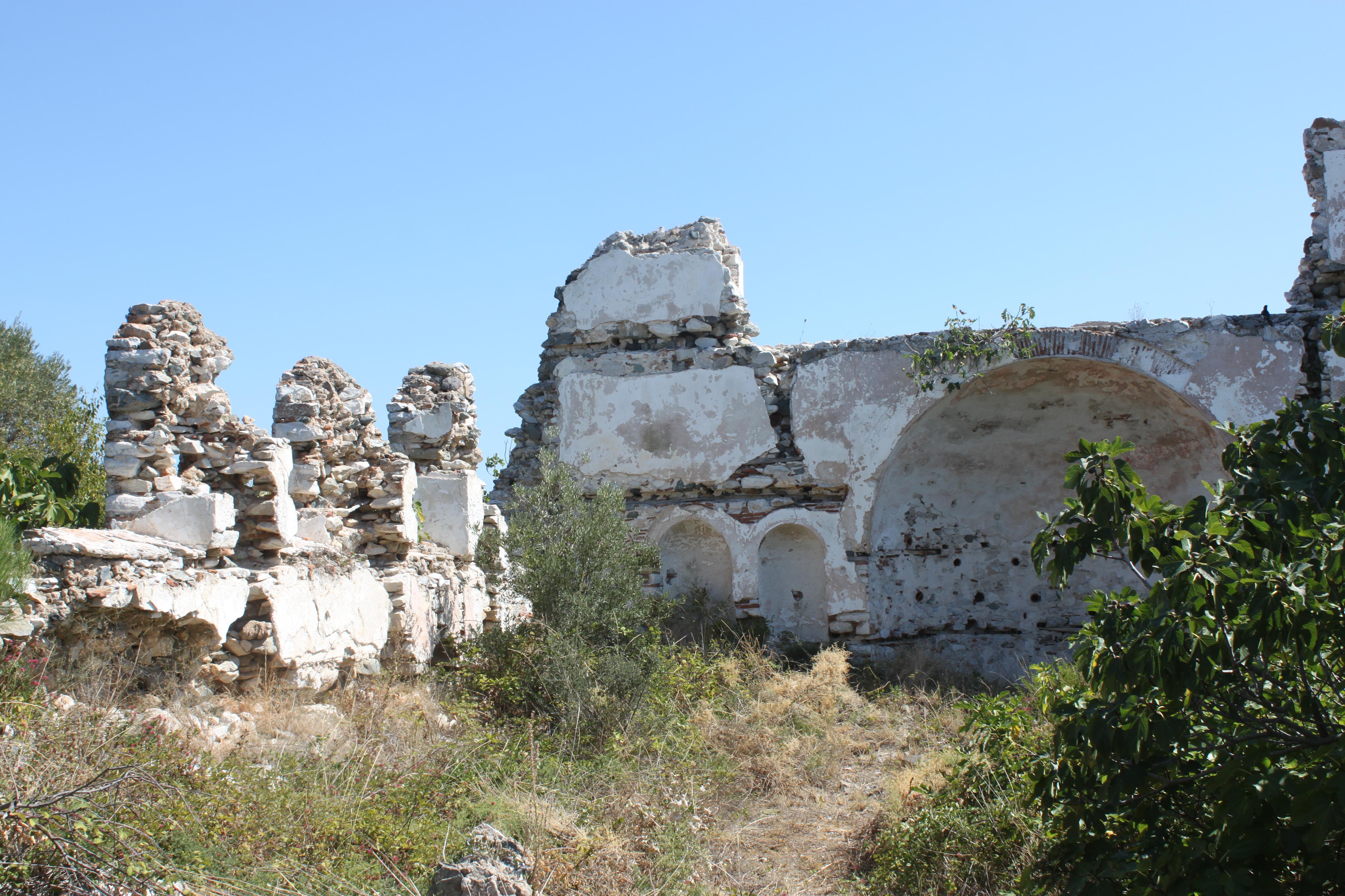 Ekinlik Adası yerleşim merkezindeki kilise kalıntısı.